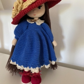 Rozalinda kırmızı çiçek şapkalı kız