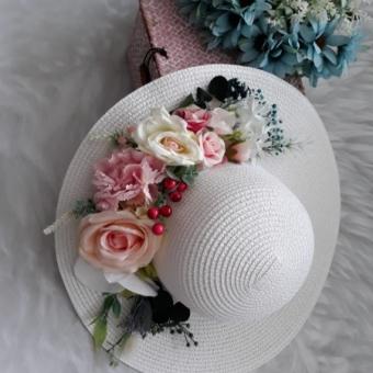 Dış Çekimler İçin Çiçekli Hasır Şapka