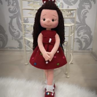 amigurumi kırmızı elbiseli kız