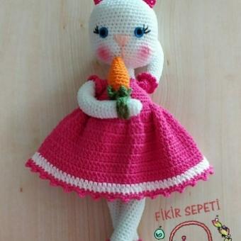 Amigurumi oyuncak havuçlu tavşan
